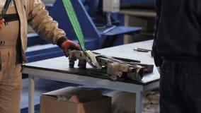 Het werk met een kraan in de winkel de arbeider heft de kraan op het werken met kraan in de workshop stock videobeelden