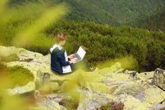 Het werk met laptop in de berg Royalty-vrije Stock Foto's