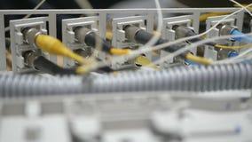Het werk met optische vezel stock footage