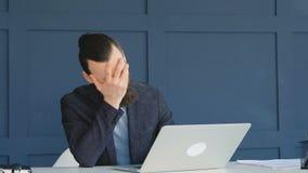 Het werk ontbreekt facepalm bedrijfsmensen verkeerde onoplettend stock video