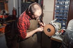 Het werk proces in de leerworkshop Looier in oude looierij Stock Afbeeldingen