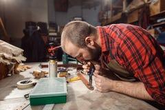 Het werk proces in de leerworkshop Looier in oude looierij Royalty-vrije Stock Afbeeldingen