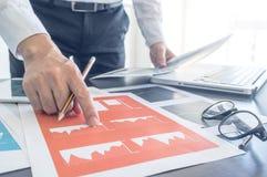 Het werk proces, Mens die met financieel document bespreken stock foto's