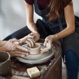 Het werk proces op pottenbakkerswiel Royalty-vrije Stock Afbeeldingen