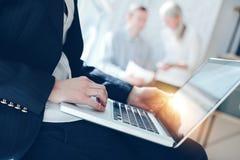 Het werk van het bureau Vrouw met laptop en op de markt brengend team die samen communiceren royalty-vrije stock foto