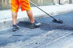 Het werk van de asfaltweg Reparatie stedelijke straat stock afbeeldingen