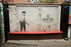 Het werk van de Banskygraffiti aangaande de straten van Londen, Engeland Stock Afbeelding