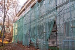 Het werk van de bouwwerfrestauratie aangaande de vernieuwing van de oude voorgevel van het gebouw stock afbeeldingen