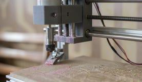 Het werk van de CNC machine op de houten oppervlakte Royalty-vrije Stock Foto