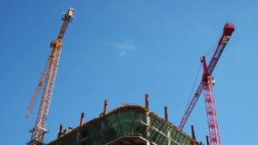 Het werk van de dag timelapse kranen van de bouwconstructieplaats bouwt vloer stock video