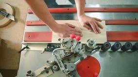Het werk van de houtbewerkingsmachine stock videobeelden