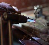 Het werk van de meester, juwelier Juwelenreparatiewerkplaats stock fotografie