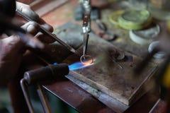 Het werk van de meester, juwelier Juwelenreparatiewerkplaats Productie van juwelen royalty-vrije stock afbeelding