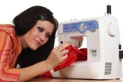 Het werk van de naaister aangaande de naaien-machine stock foto's