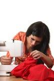 Het werk van de naaister aangaande de naaien-machine stock fotografie