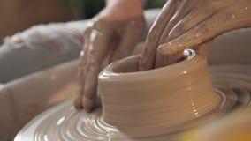 Het werk van de pottenbakker: fijne vakmanschap en verwezenlijking van modieuze voorwerpen stock footage