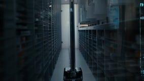Het werk van de robotlader in het apotheekpakhuis De robot selecteert het gewenste product onder de vele planken met verschillend stock footage