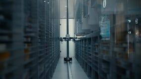 Het werk van de robotlader in het apotheekpakhuis De robot selecteert het gewenste product onder de vele planken met verschillend stock video