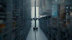 Het werk van de robotlader in het apotheekpakhuis De robot selecteert het gewenste product onder de vele planken met verschillend stock videobeelden