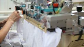 Het werk van een textielfabriek stock videobeelden