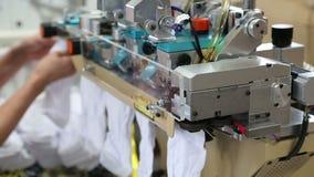 Het werk van een textielfabriek stock video