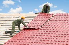Het werk van het dakwerk met metaaltegel Royalty-vrije Stock Fotografie