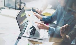 Het werk van het de managerproject van de teamrekening Bedrijfsleiders die met nieuw opstarten in moderne zolder werken Analyseer royalty-vrije stock afbeeldingen