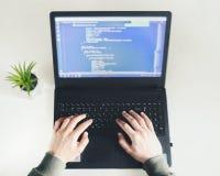 Het werk van Huis Het freelance werk Jonge mens programmeringscode stock fotografie