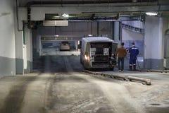 Het werk van industriële schoon van riolering, loodgieterswerk op basis van de auto in het gebouw Twee mensen, speciale vehicl stock foto
