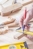 Het werk van timmerman met potlood dichte omhooggaand Stock Afbeeldingen