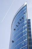 Het werk van vensterwasmachines bij de wolkenkrabberbouw Stock Foto