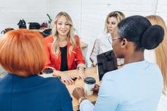 Het werk van het vrouwenteam en team de bouwsuccesconcept royalty-vrije stock foto