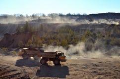 Het werk van zware machines en mijnbouwvrachtwagens royalty-vrije stock fotografie