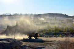 Het werk van zware machines en mijnbouwvrachtwagens voor het vervoer van bulkmijnbouwmaterialen en andere mineralen in de open ku royalty-vrije stock afbeelding