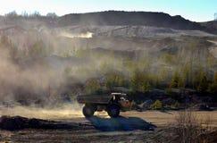 Het werk van zware machines en mijnbouwvrachtwagens voor het vervoer van bulkmijnbouwmaterialen en andere mineralen in de open ku stock foto's