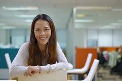 Het werk Vrouwenglimlachen Stock Fotografie