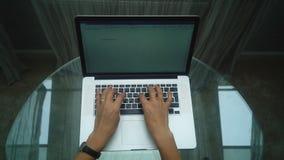Het werk Vrouwenhand het Typen op Laptop stock videobeelden