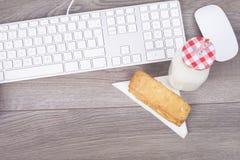 Het werkbureau met toetsenbord en ontbijt Royalty-vrije Stock Afbeelding