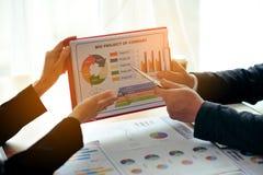 Het werkbureaus, werkplaatsen, zaken en het industriële werk Het groepswerk is een groot team van succesvolle zakenlieden stock afbeelding