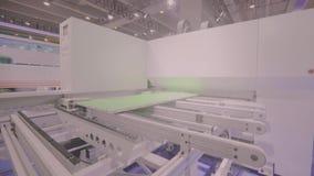 Het werkcnc machine bij een belangrijke internationale tentoonstelling CNC machine stock footage