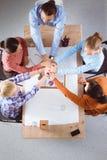 Het werkconcept van het team Bedrijfs mensen die bij handen aansluiten zich Stock Afbeelding