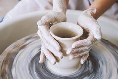 Het werken aan aardewerkwiel stock fotografie