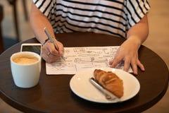 Het werken aan Ambitieus Project bij Coffeehouse stock afbeeldingen