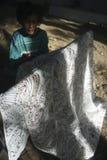 Het werken aan Batik Stock Afbeeldingen