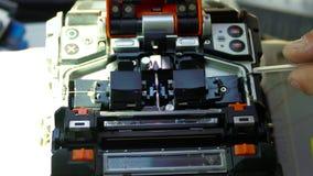 Het werken aan de lasmachine van de vezel optische kabel stock videobeelden