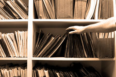 Het werken aan Dossiers in een Zaal van het Dossier Stock Foto's