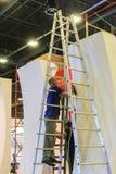 Het werken aan een ladder bij de bouw royalty-vrije stock foto's