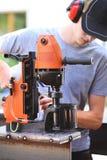 Het werken aan een magnetische roterende uitborende machine Royalty-vrije Stock Foto's