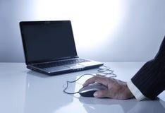 het werken aan laptop Royalty-vrije Stock Afbeeldingen