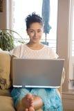 Het werken aan laptop Stock Fotografie